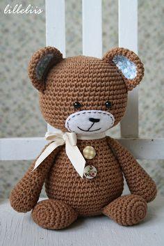 Ravelry: Smugly-bear pattern by Mari-Liis Lille.