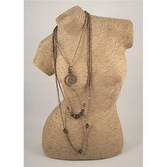 COLLANA NAXOS - Collana a tre fili di lunghezze diverse con perline in cocco, pallottole in legno, pietre dure e pendente a spirale ricoperto di morbida suede. Chiusura regolabile a moschettone in metallo anallergico.