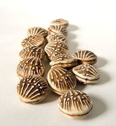 Embossed hollow beads have an abstract pattern that looks like bones to me. Heavily antiqued faux-ivory beads are lightweight and hollow. Clay Stamps, Craft Markets, Clay Design, Fimo Clay, Polymer Clay Creations, Polymer Clay Beads, Air Dry Clay, Metal Clay, Ceramics