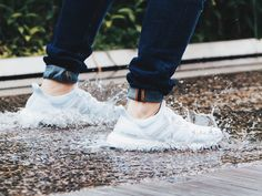 Mimo całej posiadanej przez nas wiedzy dotyczącej zabezpieczania butów przed przemoczeniem, a nawet stosowania jej w praktyce, bardzo często zdarza się, że nasze obuwie przemoczy się podczas intensywnych opadów deszczu lub w innych, niefortunnych sytuacjach.   #jaksuszyćbuty #przemoczonebuty #mokrebuty #deszcz #butynadeszcz #buty #dbamyobuty