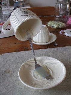 Ik heb een werkbeschrijving gemaakt van het 'zwevende'kopje.   Benodigdheden:   * kop en schotel  * vork  * lijmpistool en patronen  * schi...