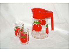 Retro mugge og glass med røde epler, produsert i Frankrike www.hellans.no