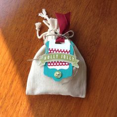 Love this gift tag paired with the mini muslin bag. It's perfect for small treats and gifts this holiday season.