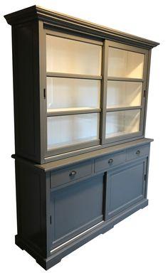 Buffetkast grijs Vught 160cm mooie grijze kast met vlakke laden met komgrepen, schuifdeuren en facetglas met witte binnenkant. Deze kast is leverbaar in 160cm, 200cm en 300cm breed
