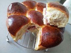 danubio dolce con lievito madre: alcune brioches sono ripiene di marmellata d'amarene e mascarpone  altre crema alla nocciola e mascarpone