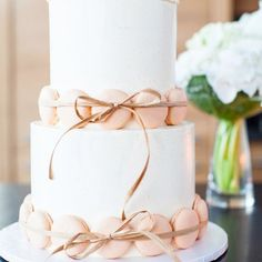 We love this simple wedding decorated with macrons What cake will you be having?