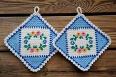 Two old potholders in very good condition. Crocheted in blue and white with a wreath of flowers. Probably from the 60s or maybe 70s. Size 12 cm x 12 cm. Perfect decoration for your retro kitchen.