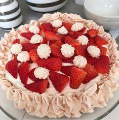 Sommer pavlova med jordbærcurd og fløtekrem - Franciskas Vakre Verden Pavlova, Cook N, Pudding Desserts, Tart, Nom Nom, Raspberry, Food And Drink, Treats, Sweet