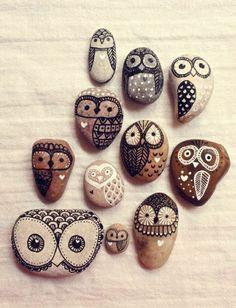Eulen, fantastisch dargestellt auf dekorativen Steinen