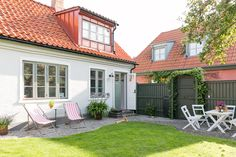 Idunsgatan 33, Södra Sofielund, Malmö - Fastighetsförmedlingen för dig som ska byta bostad Charming House, Backyard Fences, Facade House, My Dream Home, Beautiful Homes, Sweet Home, Home And Garden, Cottage, Exterior
