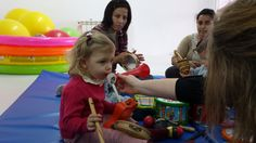 Los bebés probando los instrumentos musicales