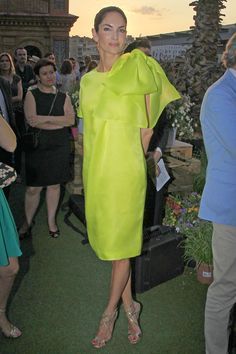 Eugenia Silva #look #inspiracion #invitados #fiesta Fashion Details, Love Fashion, Girl Fashion, Fashion Design, Casual Dresses, Short Dresses, Cocktail Outfit, Yellow Fashion, Satin Dresses