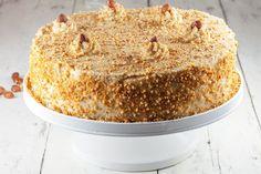 HEERLIJKE mokka hazelnotenschuimtaart! Het ziet eruit als veel werk, maar dat is het niet! Huisgemaakte meringue en mokka creme, mm!