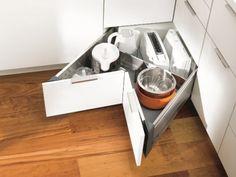 Módulos de rincón totalmente accesibles:  Los módulos de rincón siempre proporcionan mucho espacio para guardar utensilios o ingredientes. Ahora, ya nos podemos olvidar de rincones inaccesibles, existen muchas posibilidades para un acceso cómodo: cajones angulares, cestas y bandejas extraíbles, giratorias…