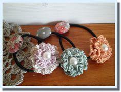 細めのリネン糸で編む小さなお花を使ってヘアゴムを作りました。花びらがひらひらしているような感じになり、立体的で可愛いです♪花の直径は3.5センチくらいです。 ブログでも紹介しています→http://handmadebysnow.blog.fc2.com/blog-entry-19.html