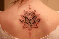 연꽃 문양 문신. 연꽃 타투. 여성 등 타투. lotus flower tattoo