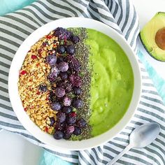 Energizing Green Smoothie Bowl - vegan, healthy, simple & tastes like ice cream - A green bowl of goodness that's thick, creamy, tropical & naturally sweet. Healthy Detox, Healthy Smoothies, Smoothie Recipes, Green Smoothies, Healthy Food Choices, Shake Recipes, Breakfast Smoothies, Stop Eating, Smoothie Bowl