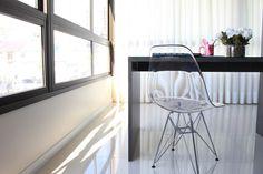 Home office improvisado. Cadeira Eames em acrílico.