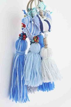BORLAS, REMATES Y MÁS... (pág. 65) | Aprender manualidades es facilisimo.com Diy Tassel, Tassel Jewelry, Tassels, Yarn Crafts, Diy And Crafts, Crochet Curtains, Diy Craft Projects, Weaving, Crafty