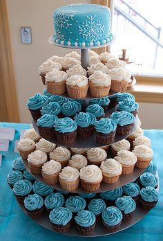"""cupcake tier (don't really like the blue color but the idea is that the """"cake to cut"""" is on top)"""