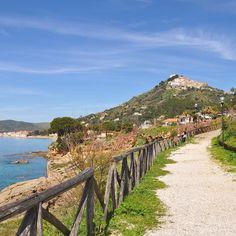 Questa mattina mi sveglio e penso a #CasaZarotti il #Cilento mi manca e vorrei presto tornare a passeggiare lungo quei sentieri affacciati sul mare e con il borgo di #Castellabate che domina dal colle. Emozioni forti qui in #Campania!