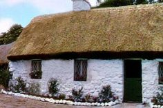 Sixty years after housing the iconic romance of John Wayne and Maureen O'Hara in 'The Quiet Man,' the cottage of. Irish Cottage, Cozy Cottage, Rustic Cottage, Cottage Style, The Quiet Man Movie, Maureen O'hara, Unique Buildings, Thatched Roof, Emerald Isle