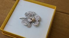 A charming brooch in the form of flowers decorated with 1 Pearl and crystals. A wonderful old piece. Size • Brooch approx.: 44 x 37.5 mm (measured at the longest points) Material: • 925 Silver, fact • Bead • Crystals Item condition • worn, unaccounted for, the age according to very