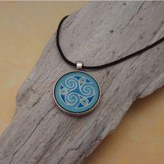 Bronze Anhänger Keltisches Motiv Triskel Blau von KIMAMAdesign