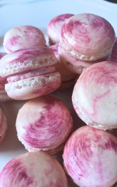 These pretty Berry Swirl Macarons are filled with a lightly sweet raspberry/strawberry buttercream and tinted with fuschia gel color. Macaron Boxes, Macaron Cookies, How To Make Macarons, Making Macarons, Macron Recipe, Macaroon Filling, Mix Berry, Macaron Flavors, French Macaroons