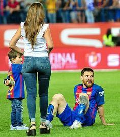 Lionel Messi, Messi Vs Ronaldo, Cristiano Ronaldo, Antonella Roccuzzo, Football Relationship Goals, Messi 2017, Cr7 Junior, Fc Liverpool, Family Picture Outfits