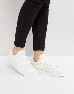 ¡Consigue este tipo de deportivas de Nike ahora! Haz clic para ver los detalles. Envíos gratis a toda España. Zapatillas de deporte de terciopelo blanco Blazer de Nike: Zapatillas de deporte de Nike, Exterior de terciopelo texturizado, Cierre de cordones, Lengüeta y tobillo acolchados, Logo de Nike en el lateral, Suela gruesa, Dibujo moldeado, Limpiar con un paño húmedo, 100% tejido. Nike domina la industria de la ropa de deporte dando un toque fresco y a la última a prendas casual. La...