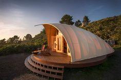 Mit Cocoon haben Phil Pharr und seineAutonomous Tent Company eine neue Form der Architektur von der Skizze zur Realität gebracht. Das einzigartige Wohnkonzept kannin wenigen Tagen aufgestellt wer…
