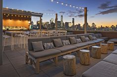 Purple, a rooftop bar and restaurant located on the floor of Hotel Indigo Lower East Side, captures the vibrant and artistic spirit of the LES. Rooftop Restaurants Nyc, Best Rooftop Bars Nyc, Hotel Rooftop Bar, Rooftop Lounge, Rooftop Decor, Rooftop Brunch, New York Rooftop, Nyc Hotels, Rooftop Terrace