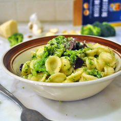 Easy-to-follow recipe for a deliciously healthy orecchiette pasta with broccoli and olives  For dinner tonight, I prepared this super easy and fast pasta. As you will see in the step-by-step recipe, it doesn't take much to pull this dish together. And it won't take you more than 25 minutes from start to finish to have hot, spicy, healthy and delicious pasta right in front of you. Enjoy! Cooking with Manuela