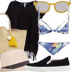 Bikini con motivo floreale, copricostume nero con frange sull'orlo, scarpe in tessuto con suola in gomma, occhiali da sole con montatura gialla, borsa a spalla intrecciata con decorazioni gialle e nappina, cappello con fascia a contrasta.