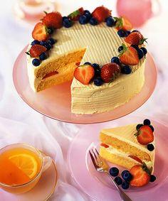 Sponge cake with berries.