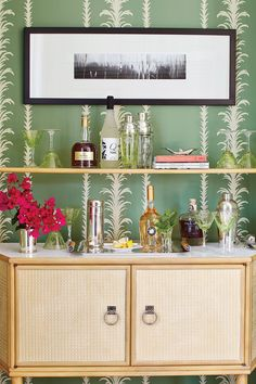 Have small living rooms? Use creative modifications to create a mini bar without taking up much space. Living Room Windows, Small Living Rooms, Mini Bars, Home Bar Designs, Wall Treatments, Elle Decor, Bars For Home, House Colors, Colorful Interiors