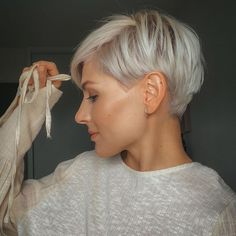 Trendy short pixie haircut design for woman, hot and chic this summer! - Latest Fashion Trends For Woman How To Curl Short Hair, Short Grey Hair, Short Hair Cuts For Women, Short Hairstyles For Women, Very Short Pixie Cuts, Best Pixie Cuts, Photos Of Hairstyles, Short Silver Hair, Short Hair Back