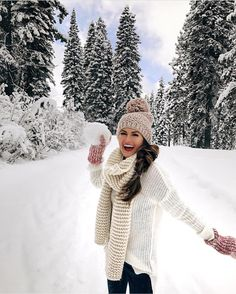 30 Cute Outfits To Wear On A Cold Valentine's Day – Finding the perfect cold Valentines Day outfit can be tough, especially when we want to look sexy for our partners. Here are some winter outfit ideas that we're sure your partner love. Fall Winter Outfits, Autumn Winter Fashion, Winter Beauty, Lake Tahoe Resorts, Stylish Winter Coats, Poses Photo, Snow Pictures, Outfit Invierno, Foto Casual