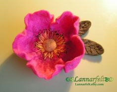 Felted Flower Brooch by lannarfelt Felt Roses, Felt Flowers, Diy Flowers, Fabric Flowers, Paper Flowers, Needle Felted, Wet Felting, Felt Fabric, Fabric Art