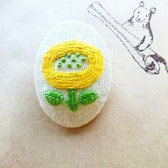 糸のお色は イエローと黄緑です♪綿麻の生地に縫い込んでいます。裏の綿は合皮です。人気のカラーです!お洋服や バックにおすすめです!