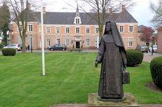 De havezate De Eeshof stamt uit 1719 en staat op de plek van het toenmalige Hof van Tubbergen. Het complex bestaat uit een langgerekt huis met vooruitspringende vleugels en een bouwhuis op het voorplein. Sinds 1965 is het in gebruik als bejaardenhuis. Op het voorplein staat een monument voor de Zusters Franciscanessen van Denekamp, die zich jarenlang hebben ingezet voor de ouderenzorg in Tubbergen. Het bronzen beeld toont een zuster met koffer en is ontworpen door Niek van Leest.