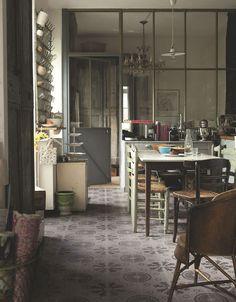 Dans la cuisine salle à manger, l'ensemble des meubles et les portes de placards…