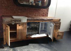 Oude werkbank omgetoverd tot keukentje. Geplaatst in een vintage kledingwinkel. Past precies bij de style.