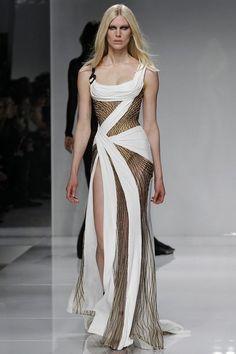 Gigi Hadid im Nackt-Look für Versace Gala Dresses, Couture Dresses, Evening Dresses, Fashion Dresses, Versace Fashion, Runway Fashion, Fashion Show, Fashion Design, Most Beautiful Dresses