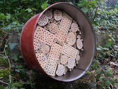 Wildbienenhotel in einem Stahlblechfass. www.altholzdesignseoane.ch