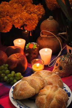 algunos elementos del altar de muertos