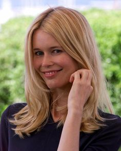 Claudia Schiffer ( ) - a German model and creative director of her own clothing label - born on Tuesday, August 1970 in Rheinberg, North Rhine-Westphalia, Germany Claudia Schiffer, Original Supermodels, German Women, Over 50 Womens Fashion, Beauty Women, Fashion Beauty, Short Hair Styles, Hair Cuts, Hair Beauty
