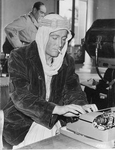 """Peter O'Toole sur le tournage de """"Lawrence d'Arabie"""" de David Lean. 1962."""