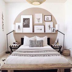 Uma simples parede branca e um quarto cheio de personalidade e estilo ...